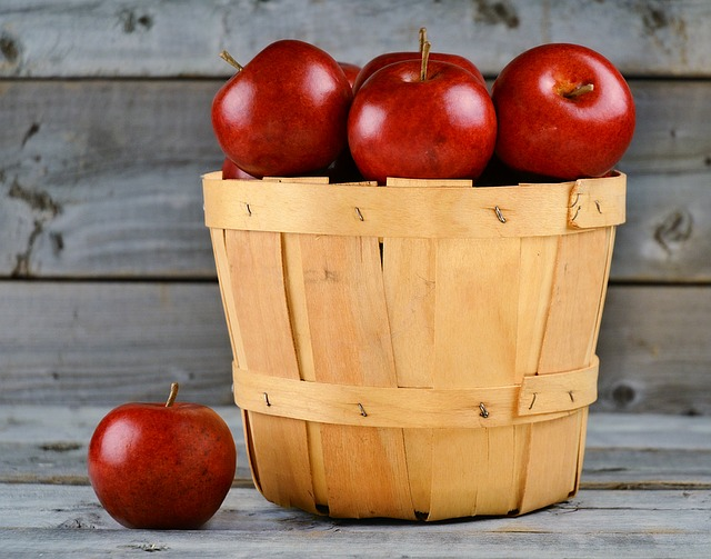 How to Make Homemade Applesauce – 2 Easy Recipes and Canning Instructions